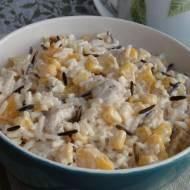 Sałatka ryżowa z kurczakiem i brzoskwiniami