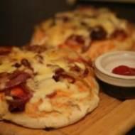 Cebularz, mini pizza z cebulą i serem