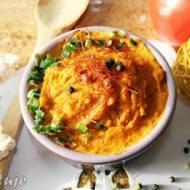 Pasta z ciecierzycy, jajek i suszonych pomidorów