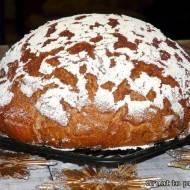Rustykalny chleb świąteczny z suszoną śliwką