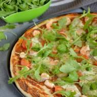 Pizza z krewetkami, pomidorami, mozzarellą, rukolą i pastą z awokado