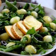 Sałatka z oscypkiem, melonem i oliwkami