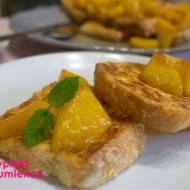 Zapiekane tosty francuskie z karmenolizowanymi brzoskwiniami