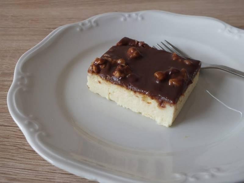 Sernik wiedeński oblany czekoladą z orzechami włoskimi-bez spodu.