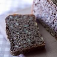Prosty żytni chleb na zakwasie z mąką gryczaną i ziarnami
