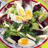 Sałatka z pieczonymi burakami, szparagami i jajkiem