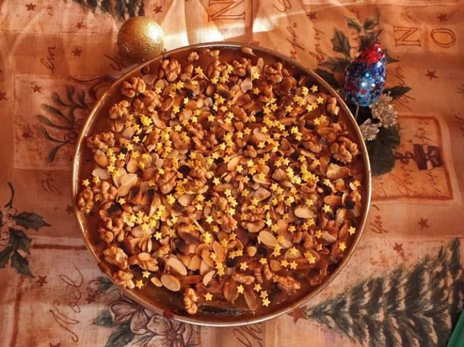 Sernik waniliowo-migdałowy z białą czekoladą, orzechami i karmelem