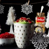 Bezglutenowa Inka jak choINKA - z zieloną pianką z bitej śmietany i matchy, oprószona ekspandowaną quinoą, zdobiona owocami gran