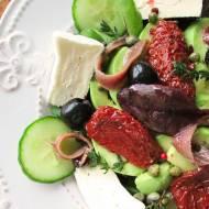 Lekki lunch w postaci sałatki podanej z serem camembert, suszonymi pomidorami,awokado oraz anchois