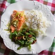 Łosoś z porem i czarnuszką, ryżem i rukola z suszonym pomidorem i olwikami