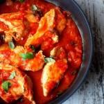 Piersi z kurczaka duszone w pomidorach z makaronem