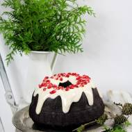 Czekoladowe ciasto piernikowe z korzennym lukrem i granatem