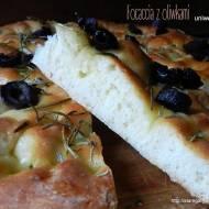 Focaccia z oliwkami z ciasta uniwersalnego