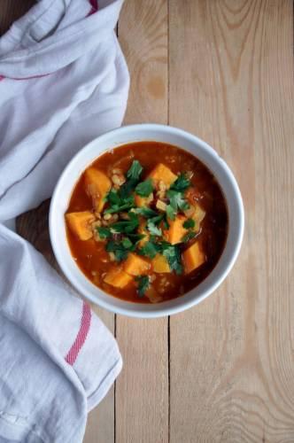 Aromatyczna zupa z czerwonej soczewicy z kaszą pęczak, batatem, pomidorami i porem