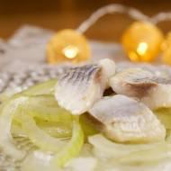 Tradycyjne śledzie w oleju z cebulką