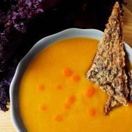 Zupa z dyni i batata z krakersami z quinoy i jarmużu (bez glutenu, bez laktozy wegańska)