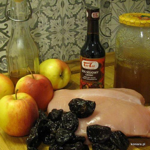 Pieczeń z indyka z jabłkami i suszonymi śliwkami