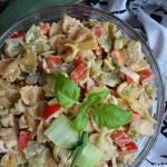 Sałatka z kurczakiem i kolorowym makaronem