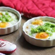 Jajka zapiekane w kokilkach z boczkiem i szczypiorkiem