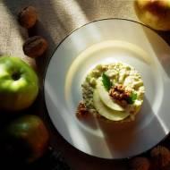 Sałatka z quinoy, selera naciowego i jabłka z orzechami włoskimi