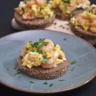 Sylwestrowe menu z Lidl. Przepis na jajka z krewetkami