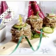 Wieżyczki z pastą śledziową z warzywami i kiełkami słonecznika