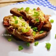 Żytnie tosty francuskie z serem i szynką