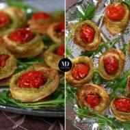 Kanapeczki z ciasta francuskiego z bazyliowym pesto i pomidorkiem