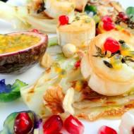 Pieczone krążki koziego sera, pieczona gruszka, soczyste owoce granatu, marakui i lychee