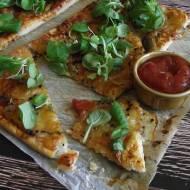 Pizza na francuskim cieście z serem, czarnuszką i roszponką