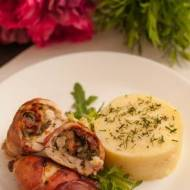 Pierś z kurczaka faszerowana suszonymi pomidorami, pietruszką, cebulą  i serem