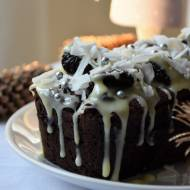 Czekoladowe ciasto Missisipi ze śliwkami, kokosem i białą czekoladą