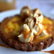 Tarta na bakaliowym spodzie z domową masą krówkową, mango curdem i bezami z polewą karmelowo - orzechową