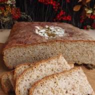 Chleb żytnio-orkiszowy na liściach jarmużu