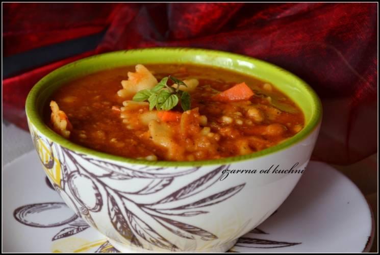 Włoska zupa z ciecierzycą i makaronem