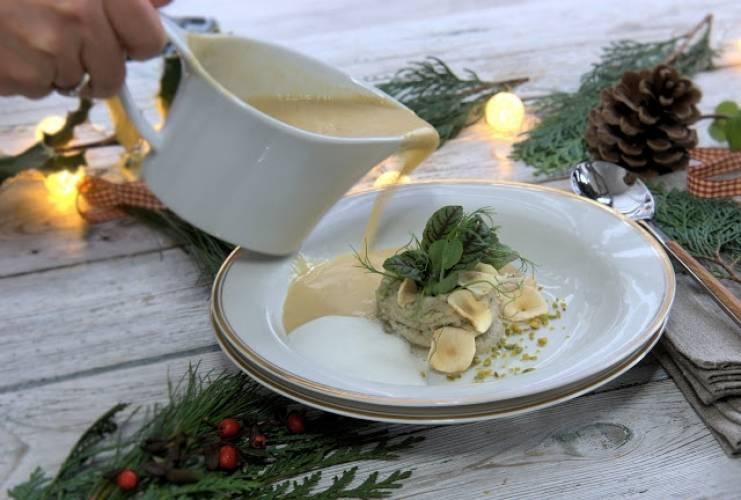 Zupa z pieczonych boczniaków z puree z topinamburu, śmietana wędzona szyszką, pistacje