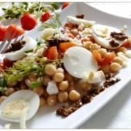 Sałatka z ciecierzycy z fetą, jajkiem  i pesto z suszonych pomidorów