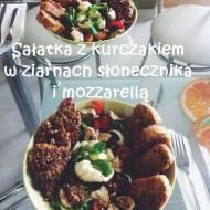 Sałatka z kurczakiem, mozzarellą i grzankami