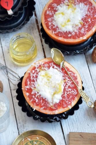 Pieczony grejpfrut z miodem, kokosem i jogurtem