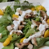 Sałatka z mango, serem feta i grillowaną piersią z kurczaka