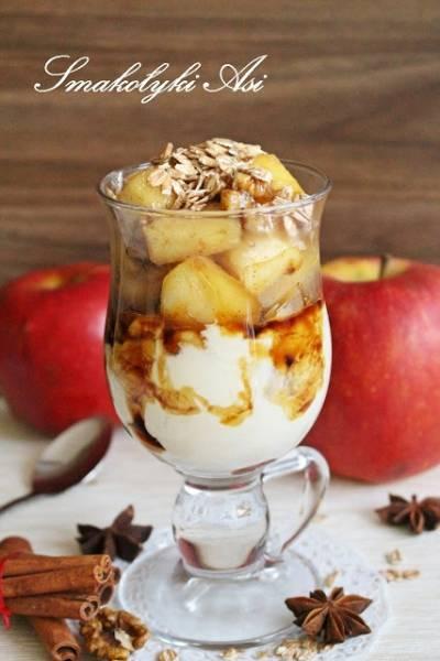 Jogurt z prażonymi jabłkami i płatkami orkiszowymi