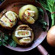 Cebula faszerowana mięsem i serami pleśniowymi