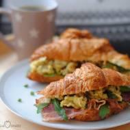 Croissant śniadaniowy z jajecznicą i boczkiem