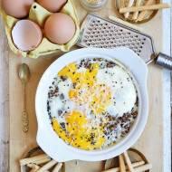 Jajka zapiekane z soczewicą i grana padano