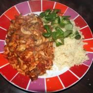 Kuskus, łosoś i pieczarki w sosie pomidorowym