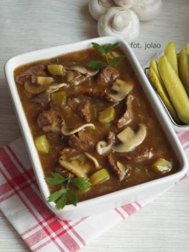 Gulasz wołowy z pieczarkami, ogórkiem i lubczykiem