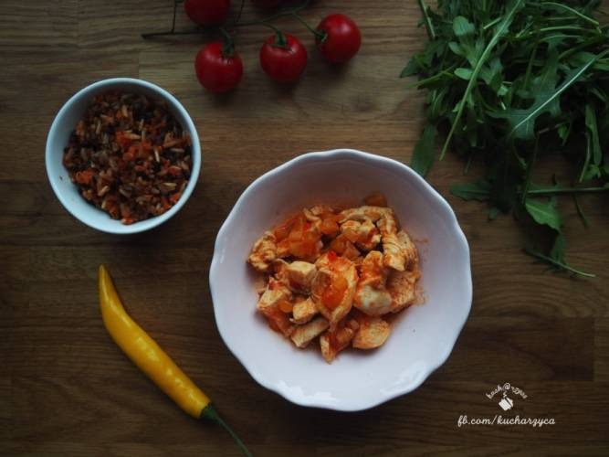 Kurczak chilli z marchewkowym ryżem i czarną soczewicą