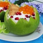 Łatwy deser z bitą śmietaną i owocami