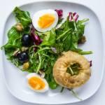 Mix sałat / czarne oliwki / jajko / kapary / cebula w tempurze / dressing