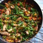 Obiadowa sałatka na ciepło z kurczakiem, kokosem i warzywami